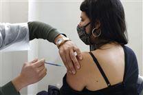 kvinde får vaccination med et stik i skulderen