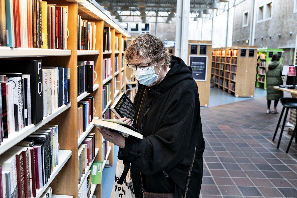 En mand på et bibliotek