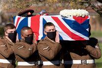 Liste draperet med Union Jack bæres af soldater
