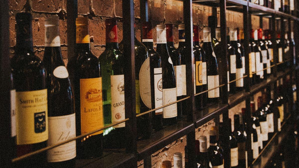Vinreol fyldt med vine