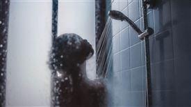 kvinde ses bag dugget glas i brusekabine