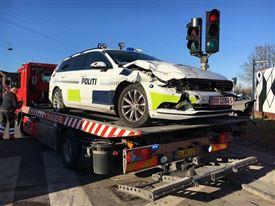smadret politibil på ladet af lastbil