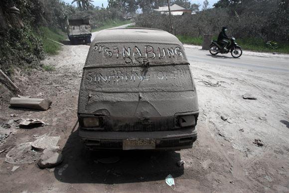 Bil dækket af aske