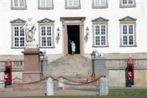 Dronning Margrethe vinker ud ad døren på Fredensborg