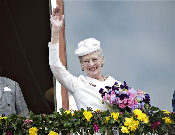 Dronningen vinker fra balkon