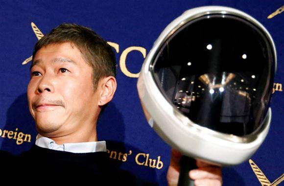 Yusaku Maezawa med rumhjelm