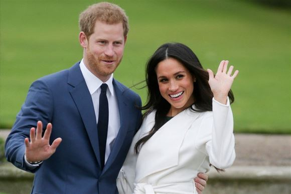 prins harry og megan markle vinker og smiler