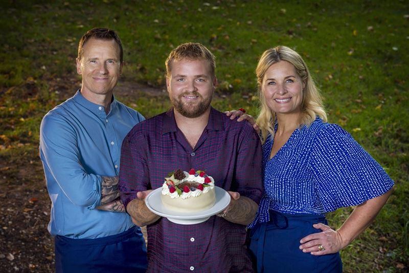 Markus Grigo, Joakim Ingversen og Katrine Foged står med en kage