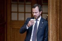 Venstres formand Jakob Ellemann-Jensen står med en kop i hånden