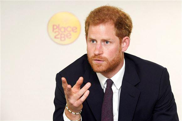 Prins Harry med en alvorlig mine på det, der ligner et pressemøde.