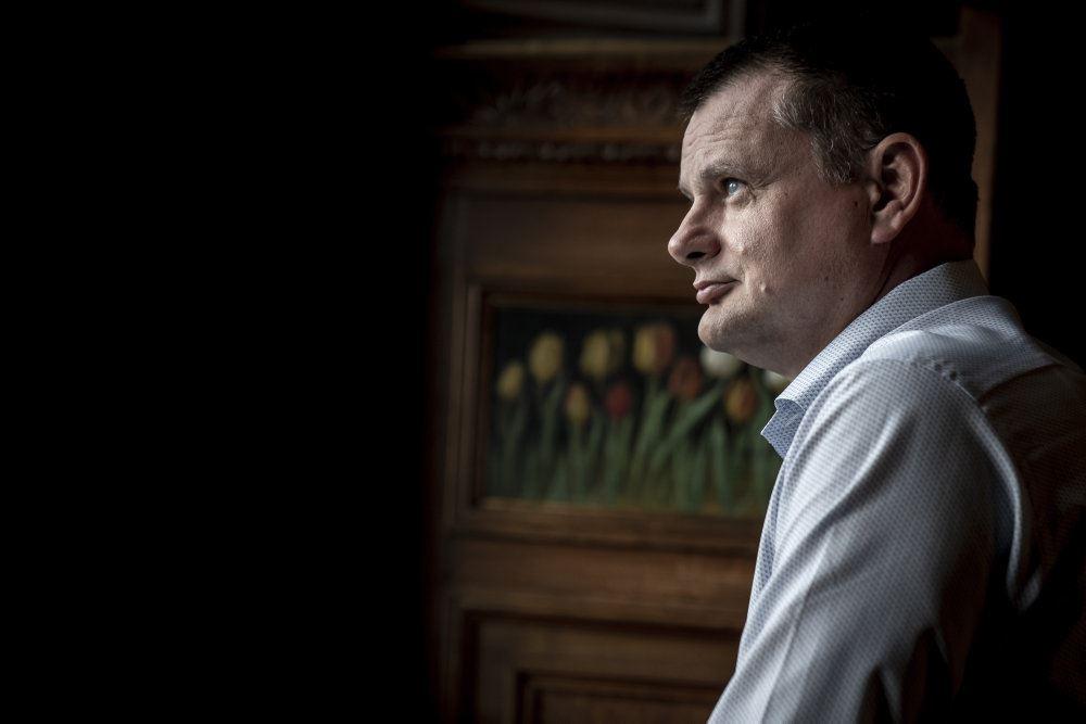 Politiker Lars Weiss set i profil på Købehavns Rådhus