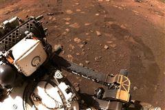 rumkøretøj kører på mars