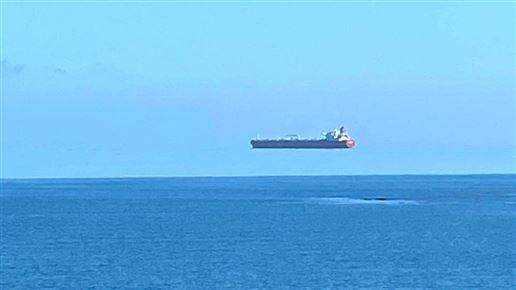skib i horisonten ser ud til at svæve over vandet
