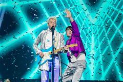 To musikere på scenen med konfetti overalt