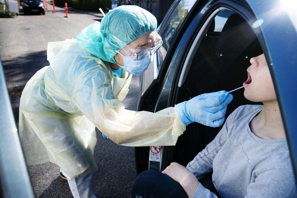 person i bil testes med podepind