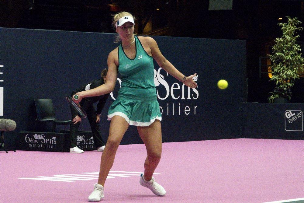 den danske tennisspiller clara tauson i aktion på banen