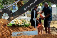 grædende kvinde ved gravsted i brasilien