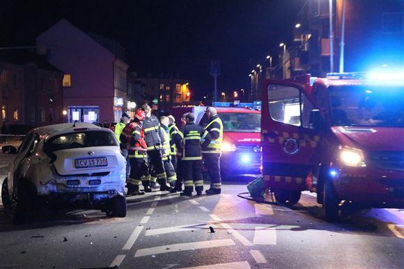 brandbiler og politifolk til stede ved trafikulykke
