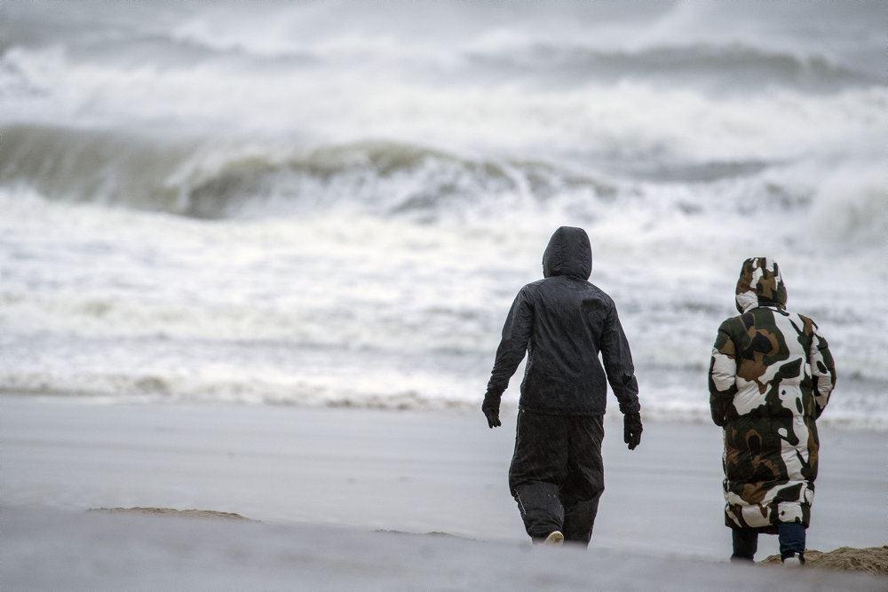 billede af folk på stormfuld kyst