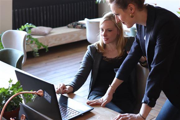 To kvinder ved en computer