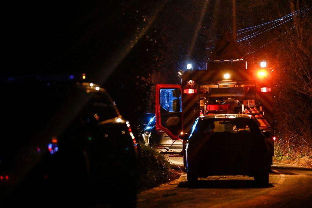 politibil og ambulance i mørke