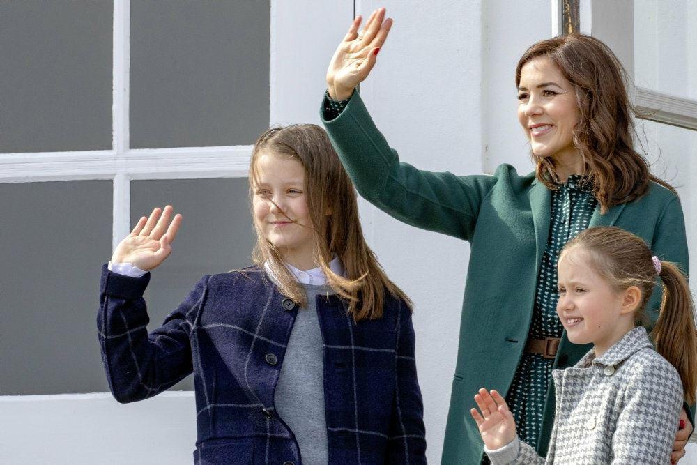 Mary vinker sammen med Isabella og Josephine