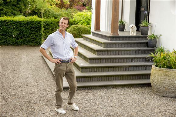 Prins Joachim foran indgangen til sit palæ i Klampenborg.