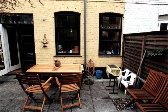 En terrasse med en varmer