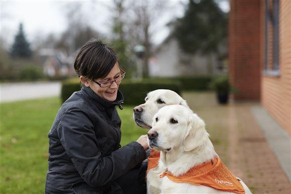 To hunde og en smilende dame