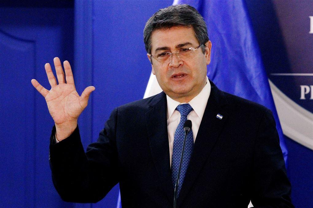 Honduras' præsident Juan Orlando Hernandez løfter den ene hånd
