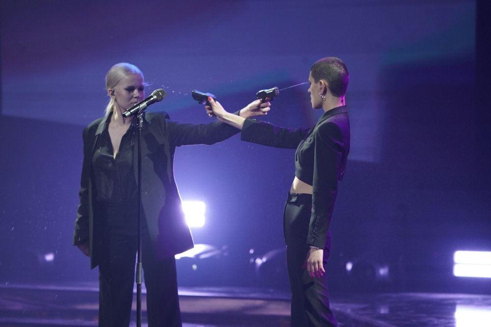 billede af Neva og Ida på scenen