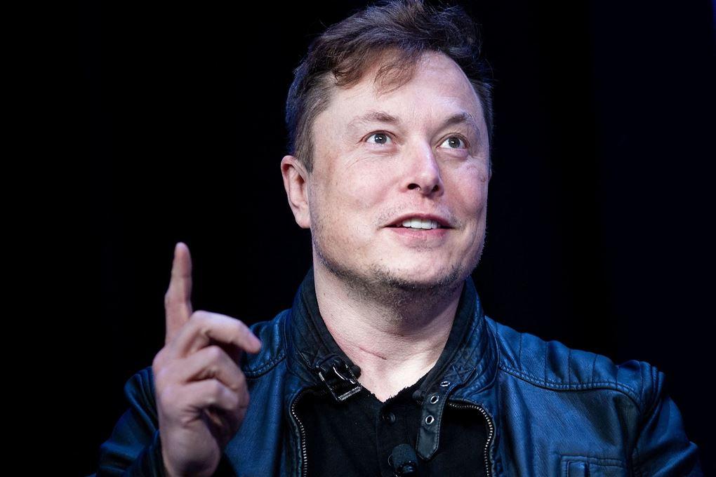 Elon Musk med finger i vejret