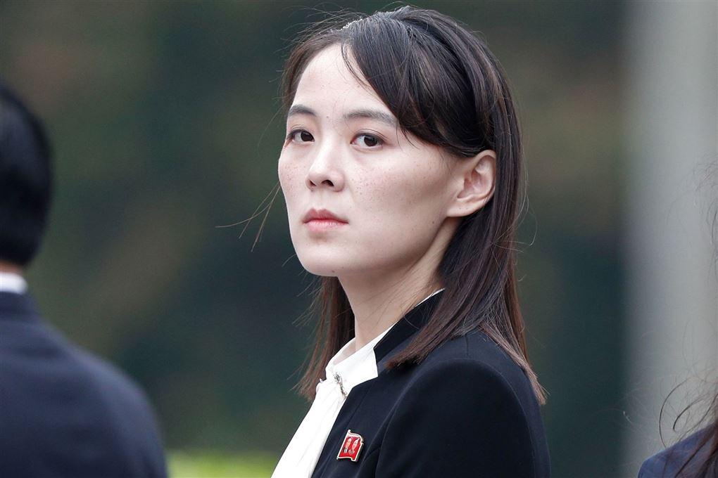 Kim Yo-jong står med sur mine