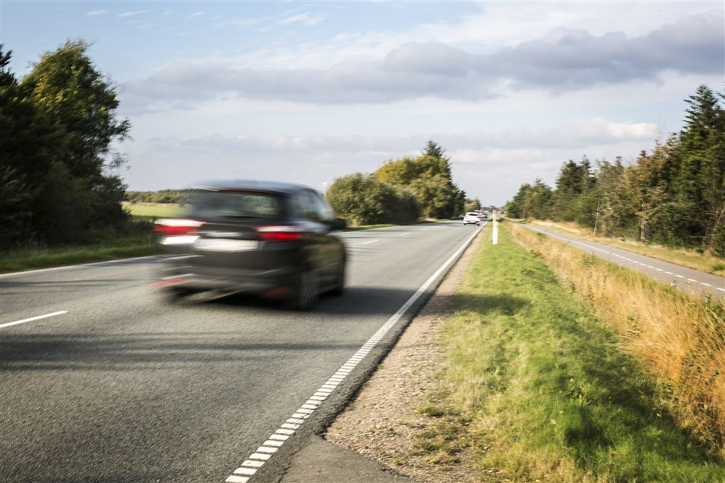 hurtigkørende bil på landevej