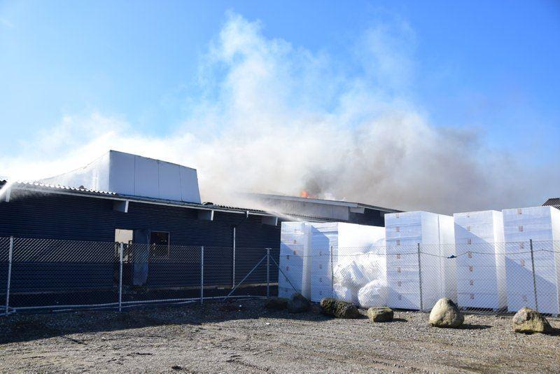 røg stiger op fra brand i industribygning