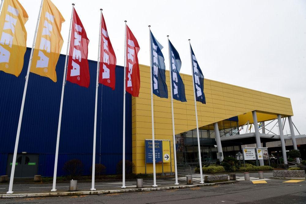 IKEA butik udefra med gule, rød og blå flag.