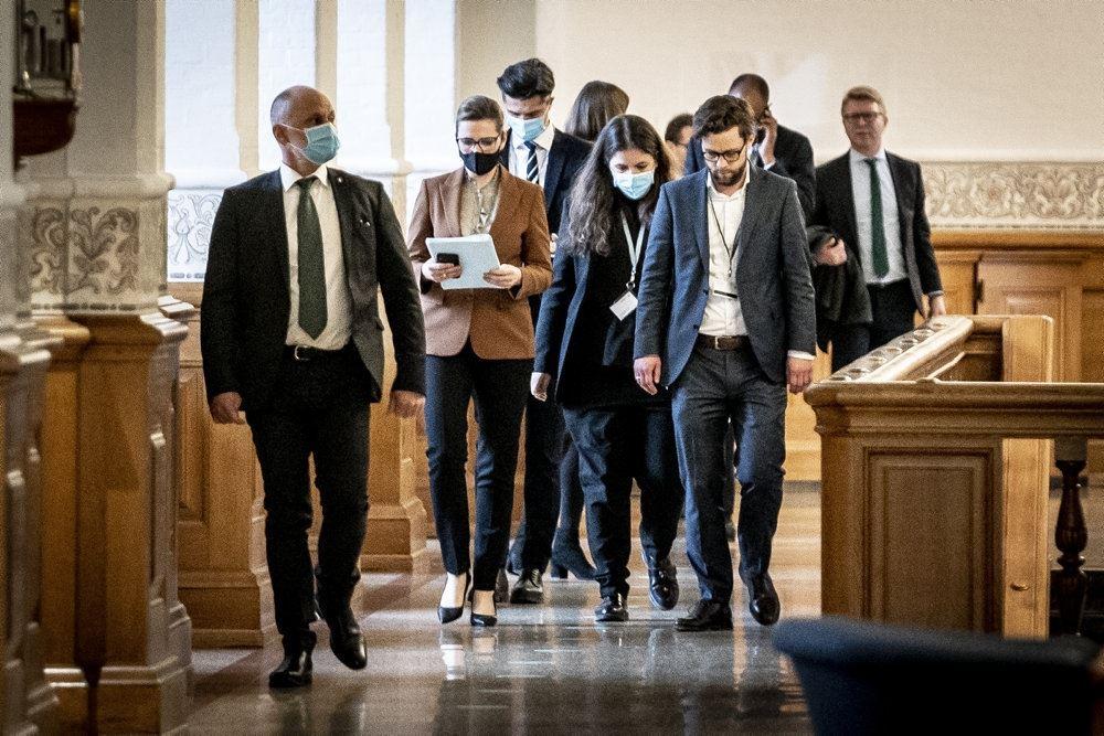Mette Frederiksen går med ansigtsmaske på christiansborg