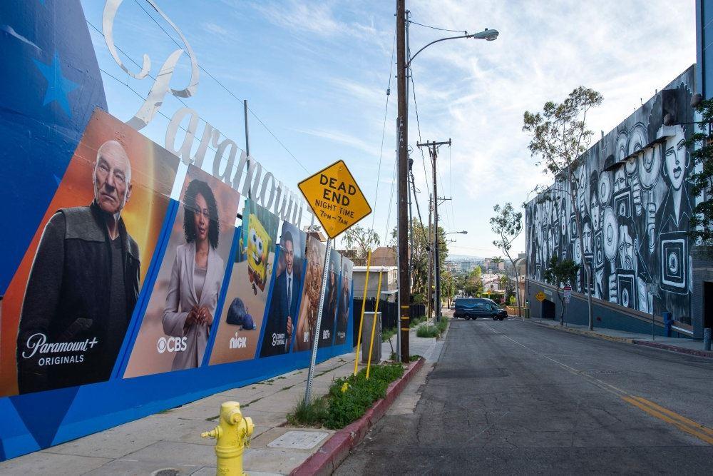 en gade med plakater