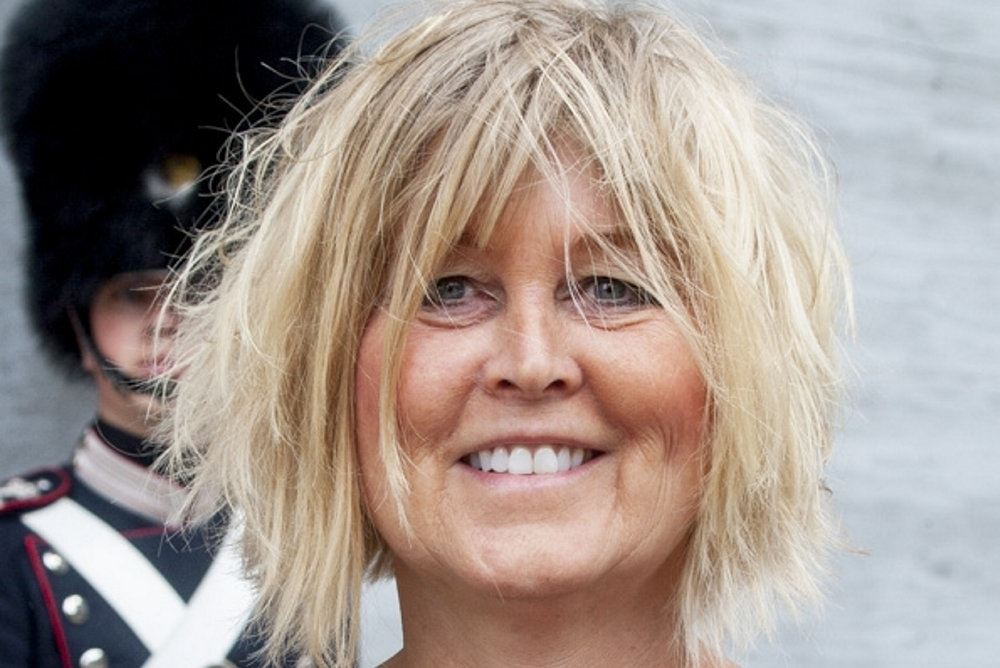 En blond smilende kvinde