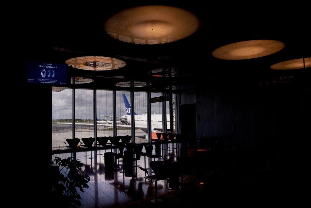 en terminal med fly i vinduet