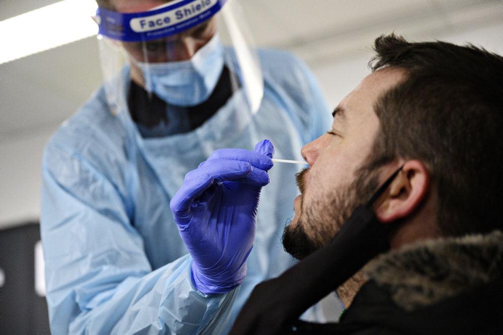 en lyntest foretages på en skægget mand