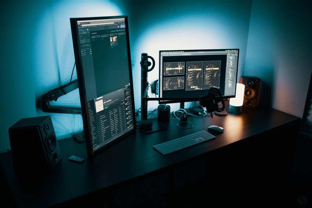 Skrivebord med flere skærme
