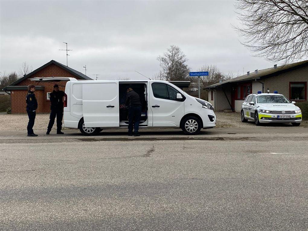 politibiler ved hus i Snejbjerg