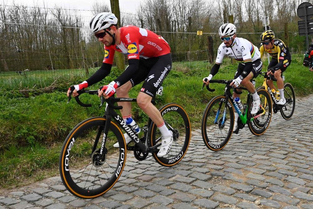 Cykelryttere på brosten