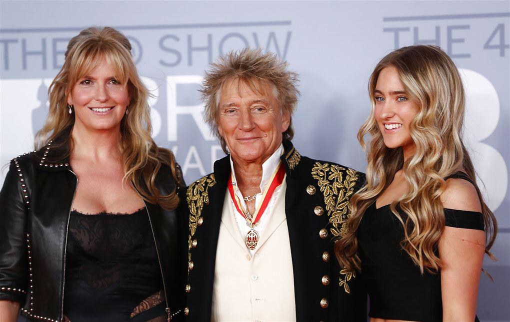 Rod Stewart flankeret af kone og datter