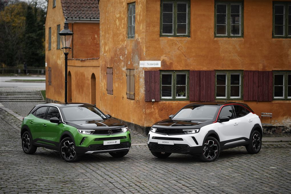 To moderne biler i Nyboder