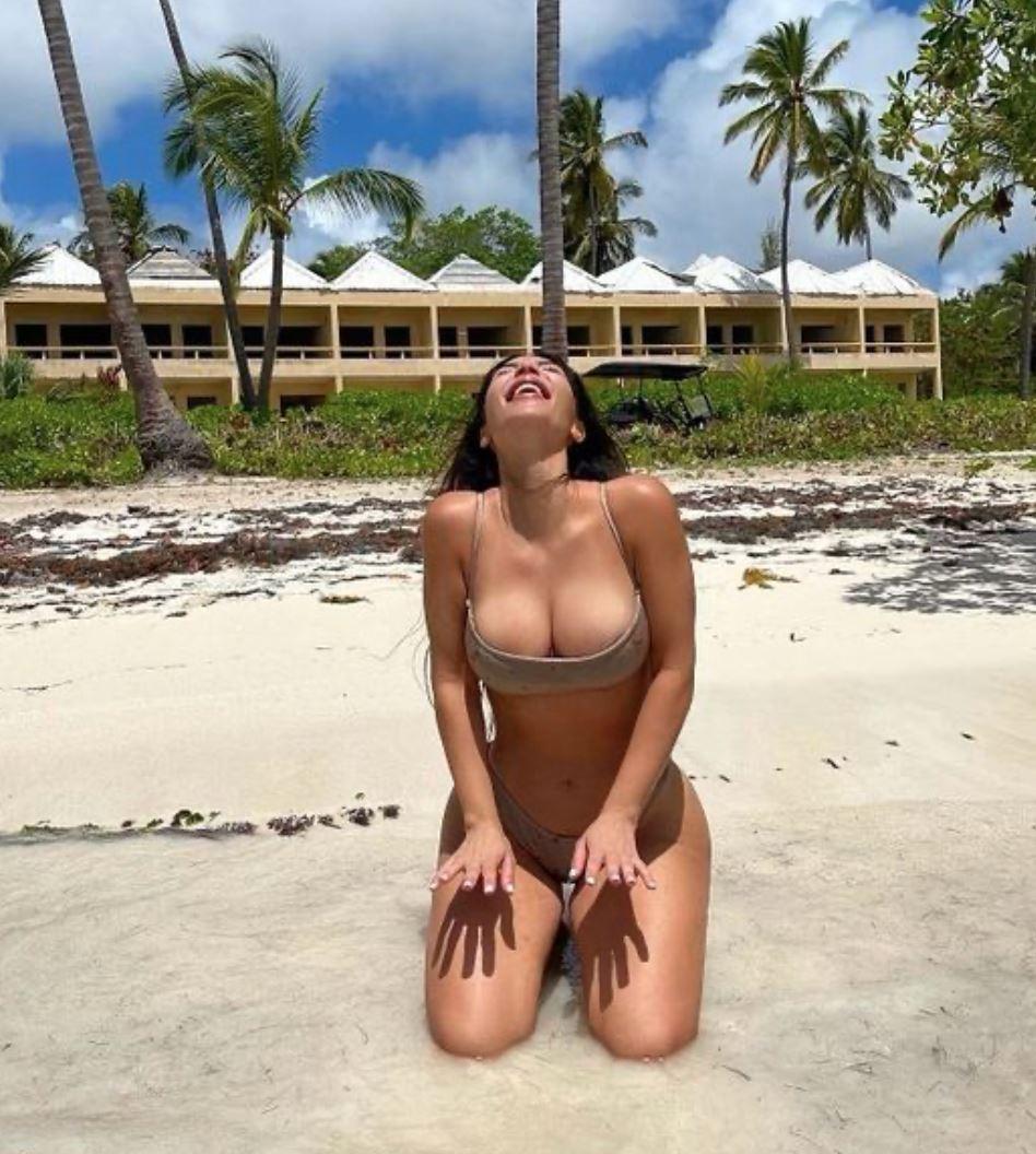 Kim Kardashian i bikin i vandkanten