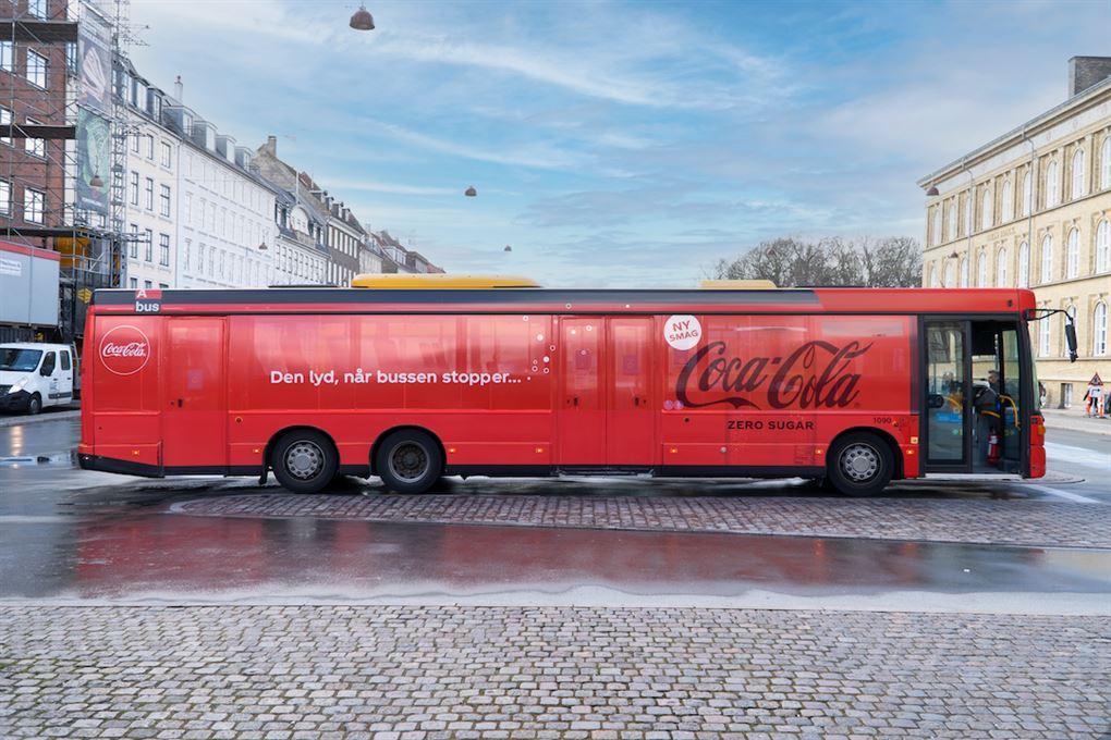 En rød Coca-Cola bus
