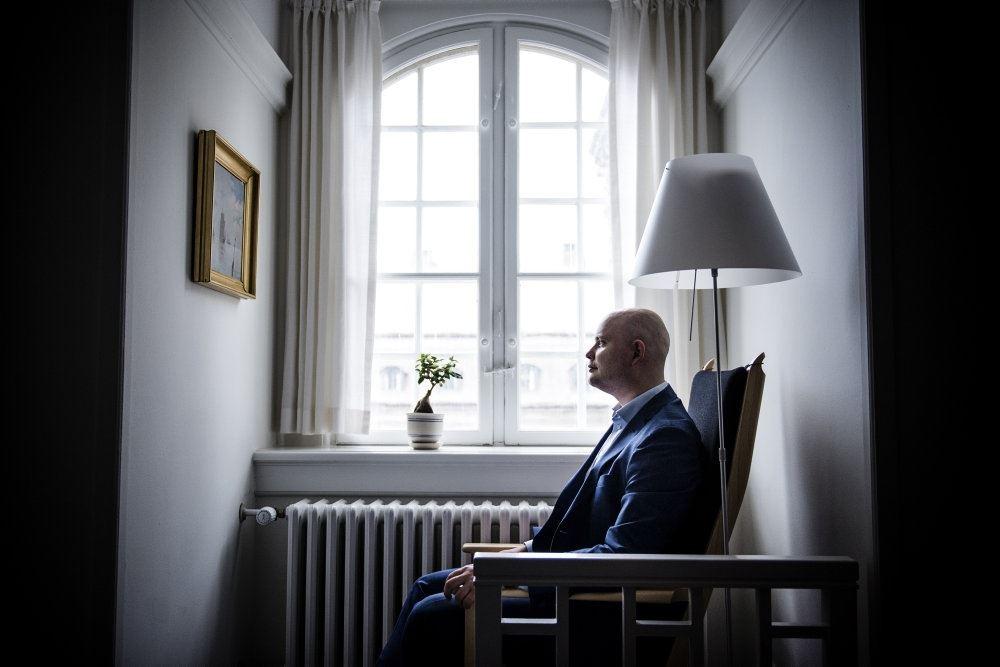 Jakob Engel-Schmidt set i profil siddende i en stol ved et vindue på Christiansborg