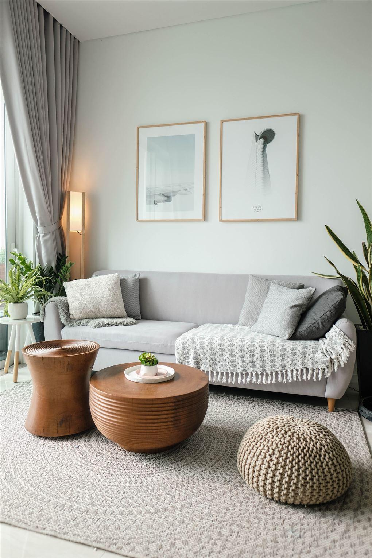 En smagfuld dagligstue med bløde møbler